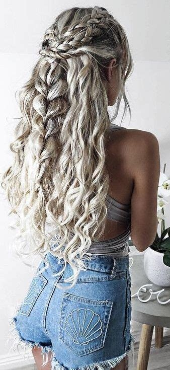 long curly grey hair  awesome short jeans ladystyle