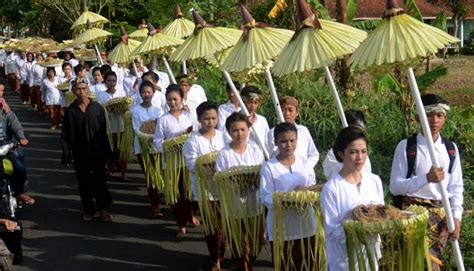seren taun upacara adat agama sunda wiwitan dongbud
