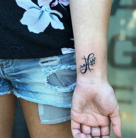 tatuaggi fiori polso tatuaggi piccoli polso 45 idee originali scritte