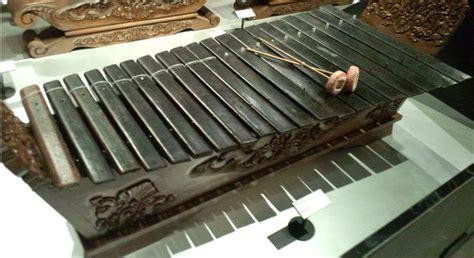 Kolintang adalah alat musik tradisional yang dimainkan dengan cara dipukul pada wilahan (kayu) yang diletakkan diatas wadahnya. Alat Musik Kalimantan Selatan (11 Alat Musik Tradisional)