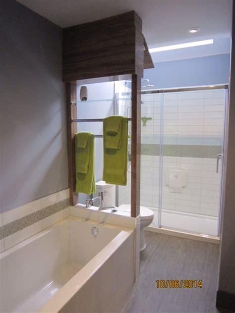 grand bain et grand douche dans une petite salle de bain