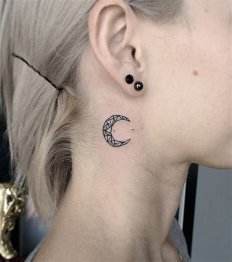Photo  Tatouage Femme  Une Lune En Haut Du Cou