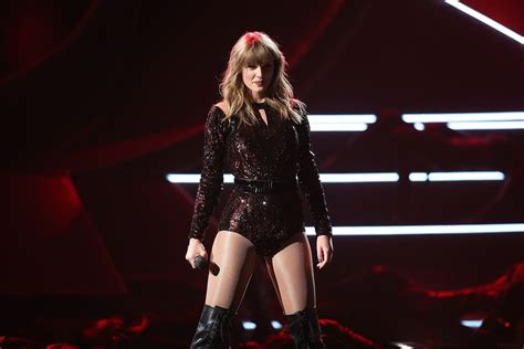 Taylor Swift's AMAs Performance Is A Go & Her Old Songs ...