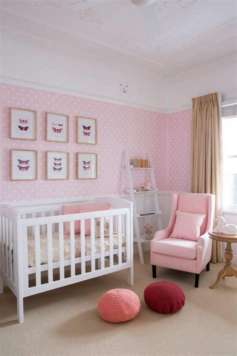 Babyzimmer In Zartrosa Und Weiß  Tapete Mit Punktenmuster
