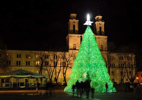 christmas tree made from 32 000 plastic bottles wordlesstech
