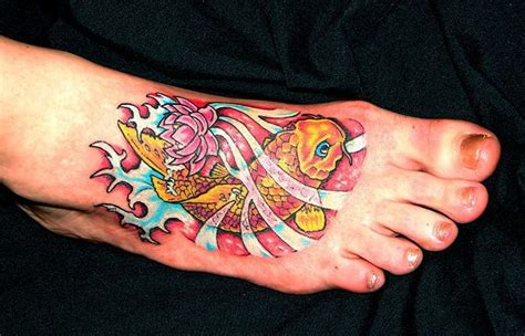 idees tatouage pied il marche discretement