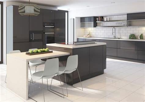 cuisine blanche et bleue cuisine gris anthracite 56 idées pour une cuisine chic