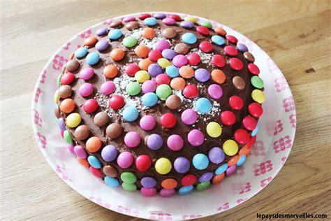jeux de cuisine de gateaux d anniversaire gâteau au chocolat décoré de smarties le pays des merveilles