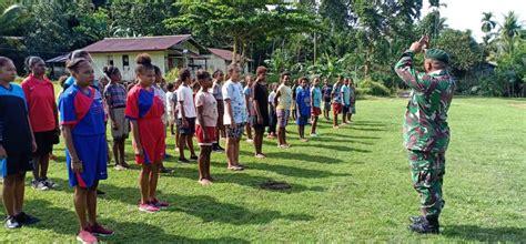 prajurit tni latih kedisiplinan bagi anak anak kampung