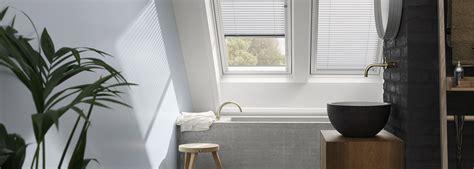 stores chambre store pour fenêtre de toit velux dans une salle de bain