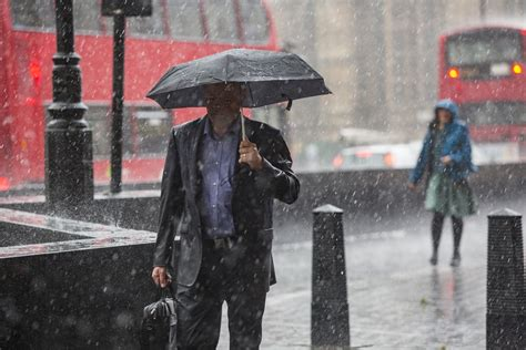 uk weather thunderstorm set  hit london  heatwave washout