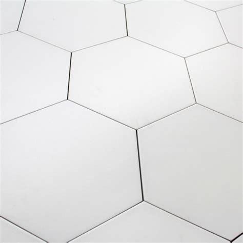 carrelage hexagonal blanc basique sol et mur parquet