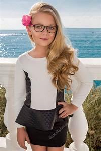 Schönes 10 Jähriges Mädchen : junges sch nes m dchen model lange blonde locken l chelnd in rosa brille und ein schickes kleid ~ Yasmunasinghe.com Haus und Dekorationen