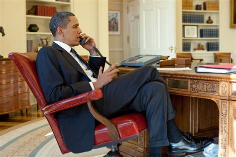 bureau ovale maison blanche file barack obama on the phone in the oval office with