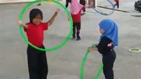 aksi dua bocah perempuan berhijab main hula hoop viral
