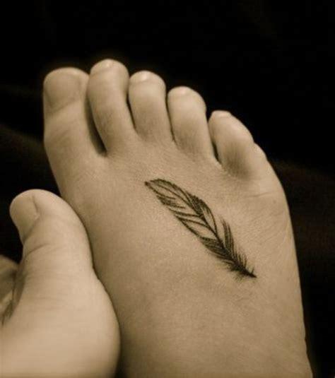 tatouage de femme sur le pied repr 233 sentant une plume