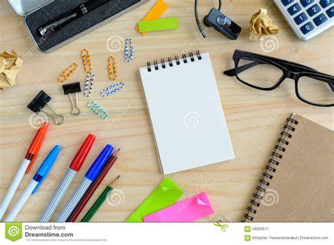 note sur le bureau carnet vide avec la fourniture de bureau sur le bureau