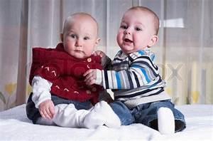 Bett Für Zwei Kinder : zwei lustige kinder sind im bett spielen stockfoto colourbox ~ Sanjose-hotels-ca.com Haus und Dekorationen