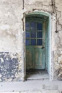 porte en bois a la peinture ecaillee au fort du trou d With peinture d accroche bois