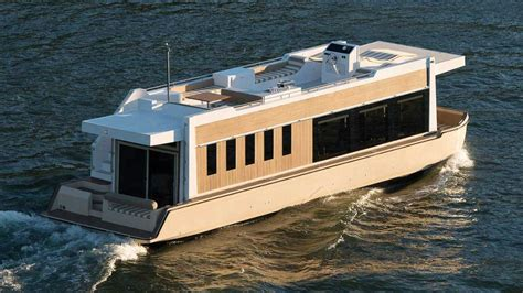 Houseboat Engine by 49 Crossover Houseboat An Evolution In Yachting