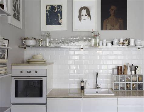 white tiles for kitchen jak urządzić mieszkanie z ciemną podłogą lovingit 1478