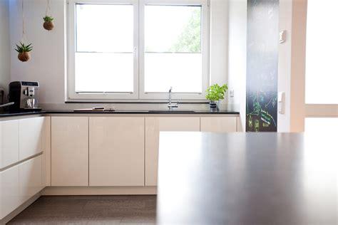 Moderne HochglanzKüche in weiß mit Kücheninsel, Bora