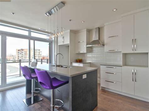 sortie hotte cuisine cuisine moderne avec comptoir de quartz facile d 39 entretien dosseret de cuisine encastrés au
