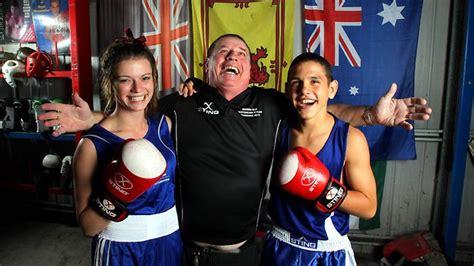 Она участвовала в полулегком весе на играх содружества 2018 , выиграв золотую медаль. Boxing's first family puts on kid gloves | The Courier-Mail