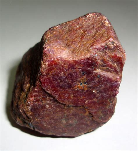 natural ruby corundum 5 1 x 3 5 x 3 1 cm 153 g 769