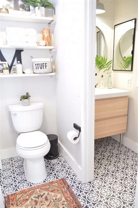 carrelage adhesif salle de bain cette blogueuse relooke sa salle de bain avec du carrelage adh 233 sif