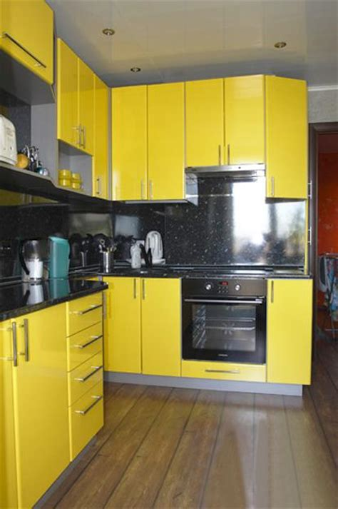 yellow and black kitchen accessories black and yellow color schemes for modern kitchen decor 1980