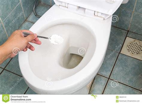 nettoyer toilettes bicarbonate de soude bicarbonate de soude employ 233 pour nettoyer et d 233 sinfecter la salle de bains et la cuvette des