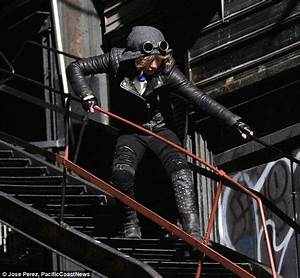 Camren Bicondova transforms into Catwoman on Gotham set ...