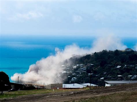 une falaise s 233 croule au cours d un tremblement de terre