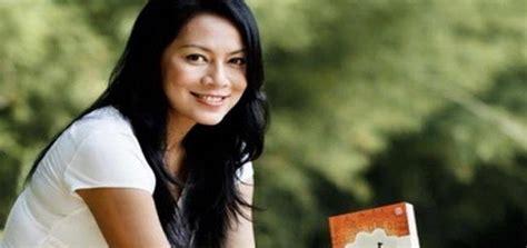 """Dewi """"dee"""" Lestari, Penyanyi Top Yang Bangga Jadi Penulis"""