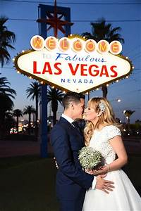 20 wedding photos you must have for Las vegas sign wedding
