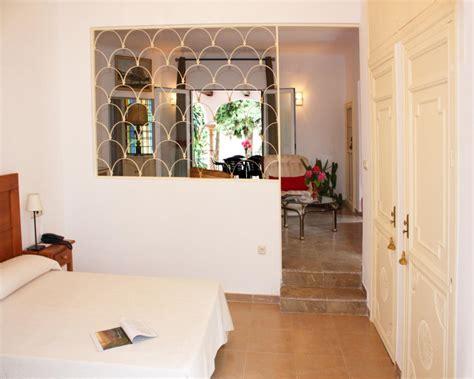 chambre lola gautier vue de la terrasse chambre principal avec salon au fond