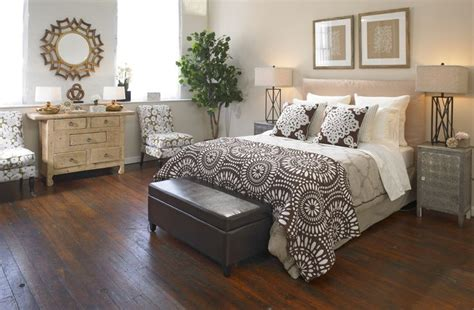 farmhouse style bedroom decor the layered textured bedding gives this bedroom a farmhouse glam type of look find out what