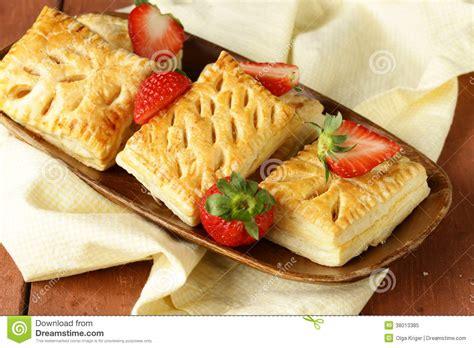 p 226 te feuillet 233 e de petits p 226 t 233 s de dessert avec des fraises photo libre de droits image 38013385
