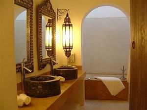 Salle de bain marocaine du luxe des couleurs et de l for Salle de bain design avec décoration de table exotique