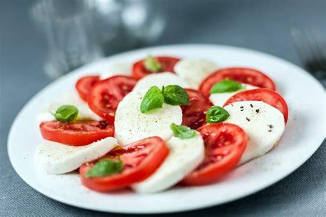 cuisiner la mozzarella recette de tomates mozzarella la recette facile