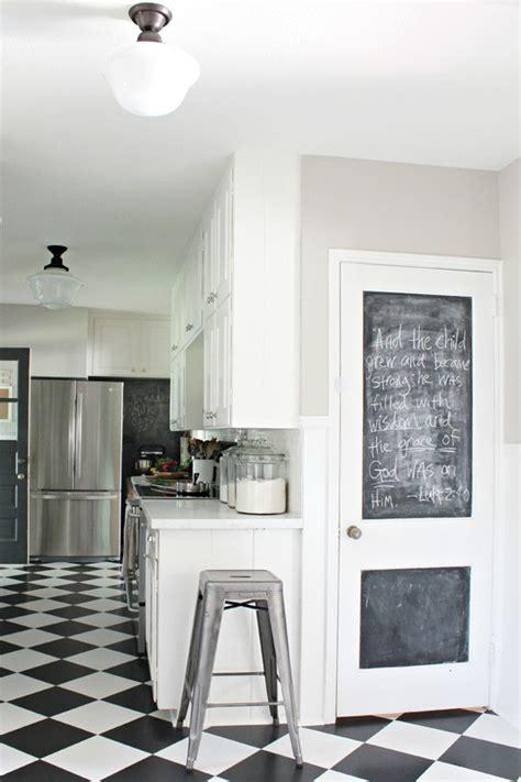 tableau craie cuisine cuisine moderne blanche et tableau noir