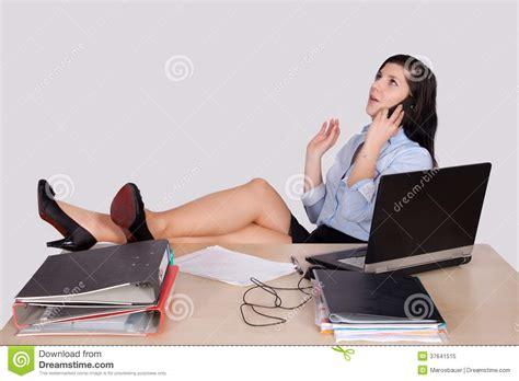 le de bureau sur pied employé de bureau féminin avec des pieds sur le