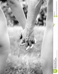 Hand In Hand Gehen : junge paare die hand in hand gehen stockfoto bild von hand paar 16981112 ~ Markanthonyermac.com Haus und Dekorationen