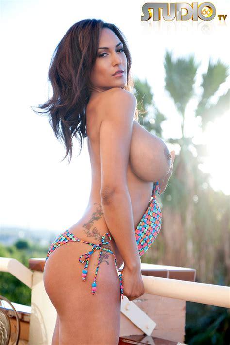Busty Babe Fernanda Ferrari Loses Her Bikini Top Of