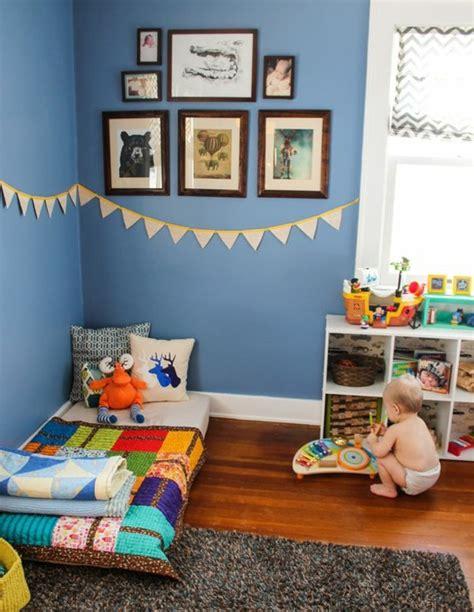 rangement bas chambre ide dco chambre enfant mur couleur bleue deco murale lit