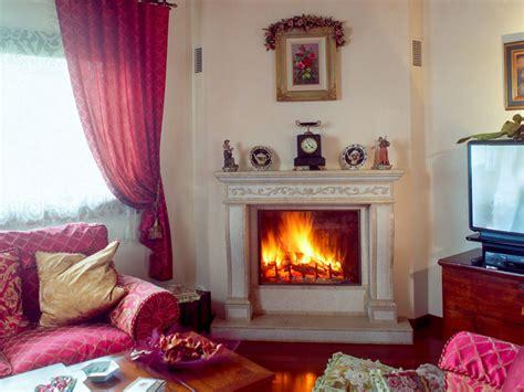 caminetto classico stile  pietra ad angolo   decorazioni incise  mano michelin caminetti