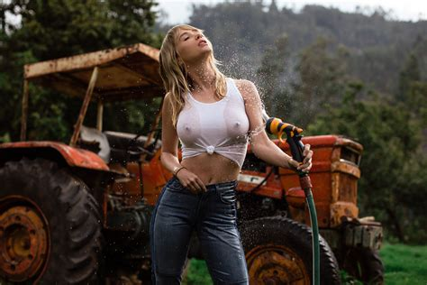 Wallpaper Sara Underwood Tractor White Shirt Wet Hose No Bra Pokies Sheer See Through