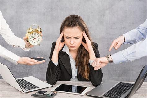 el estres laboral disminuye el compromiso de empleados