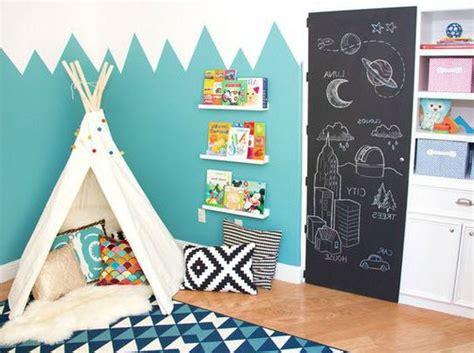 mur chambre bébé déco montagne dans la chambre de bébé